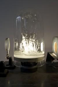 Matthias Deumlich, Die spröde Flut, 1999, Klangkuppel, aufspritzendes Wasser, Glas, Membran, Lautsprecher