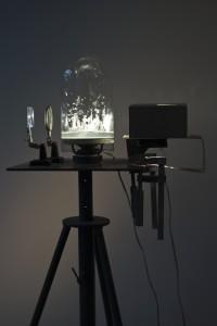 Matthias Deumlich, Die Spröde Flut,  Klangkuppel, 1999 aufspritzendes Wasser, Glas, Membran, Lautsprecher